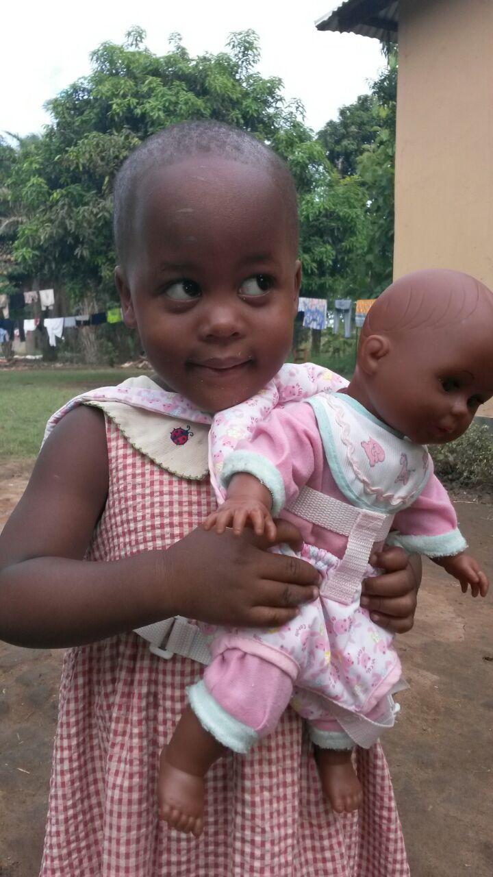 TansaniaKids e.V. - Mädchen mit Puppe