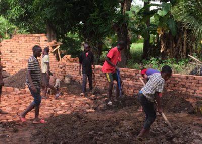 Wir bauen eine neue Mauer, um Waisenhäuser sicherer zu machen. Alle Kinder helfen!